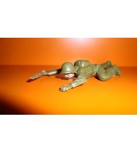 FIGURINE EN PLASTIQUE ANNEE 70-80 SOLDAT MILITAIRE QUI RAMPE (8x4cm)