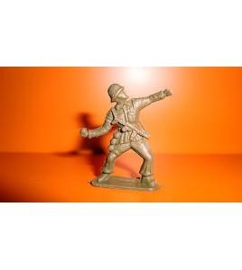 FIGURINE EN PLASTIQUE MONOCHROME ANNEE 70-80 SOLDAT MILITAIRE LANCE GRENADE 3cm